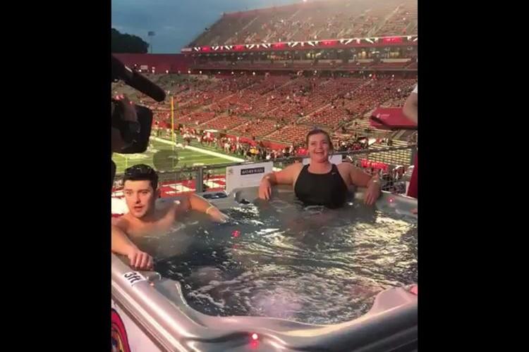 アメフトのスタジアムに露天風呂!学生集客のためのユニークな観戦スタイルが話題に!