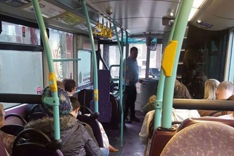 運転手のとある行動でバスの発車が10分ほど遅れてしまう…理由を知った人々は称賛