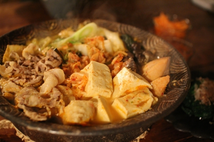 夕食に鍋を作ったら、鍋の中の豆腐に命が宿ったんですけど・・・。