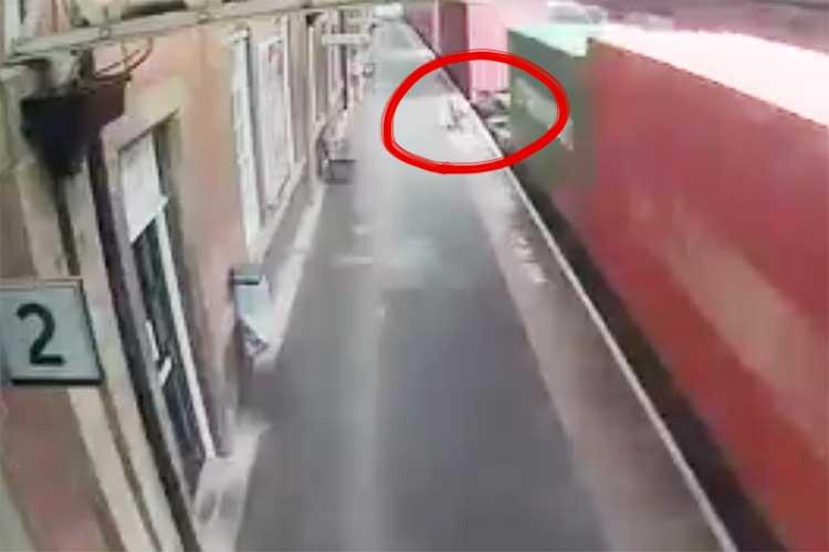 【注意喚起】ベビーカーが列車に巻き込まれてバラバラに!幸い赤ちゃんは乗っていなかったが…