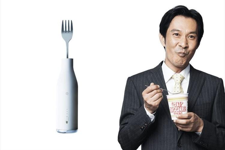 """""""麺すすり音""""をカモフラージュ!「ヌードル・ハラスメント」を解決するフォークが登場!"""