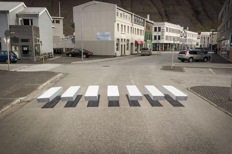 """車の速度を落とすため…""""横断歩道のトリックアート""""が導入されて話題に!"""