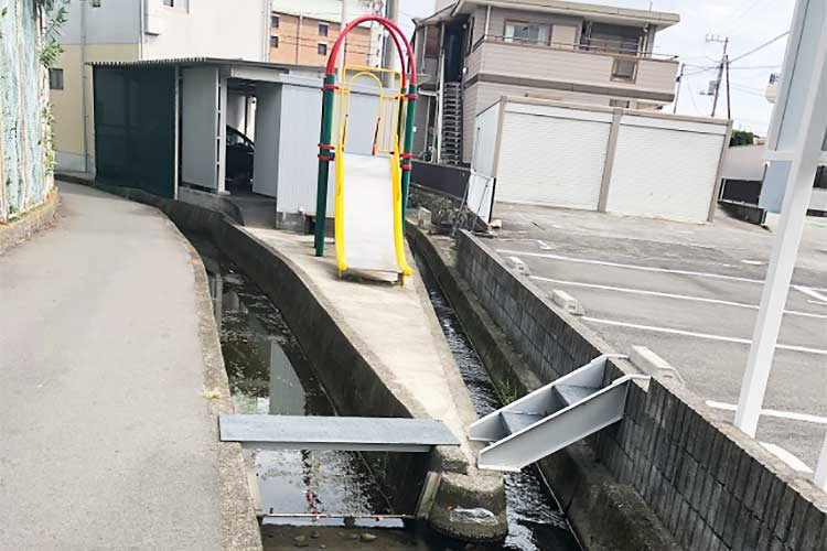 コレは絶対子どもが好きな場所!富士市で発見された謎の滑り台が珍百景だと話題に!