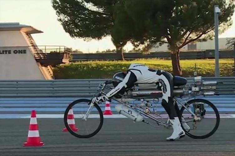 最高時速333km!ロケットエンジン搭載の自転車が爆走する動画が凄まじい