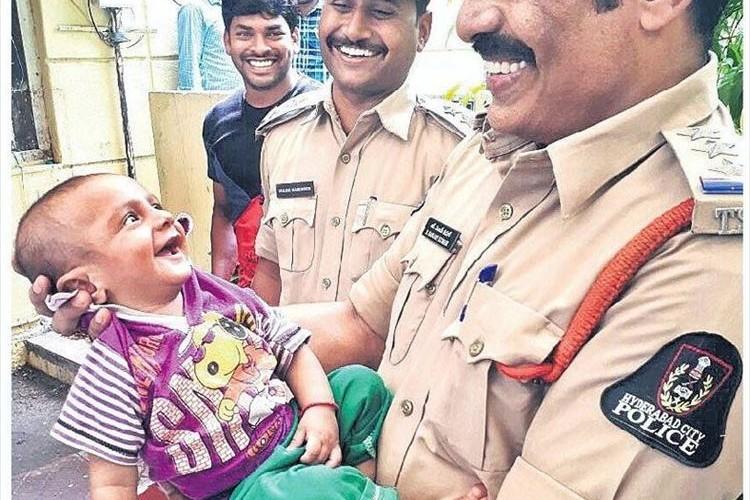 警察に抱きかかえられて満面の笑みの赤ちゃん…寝ている間に許しがたい事が起きていた