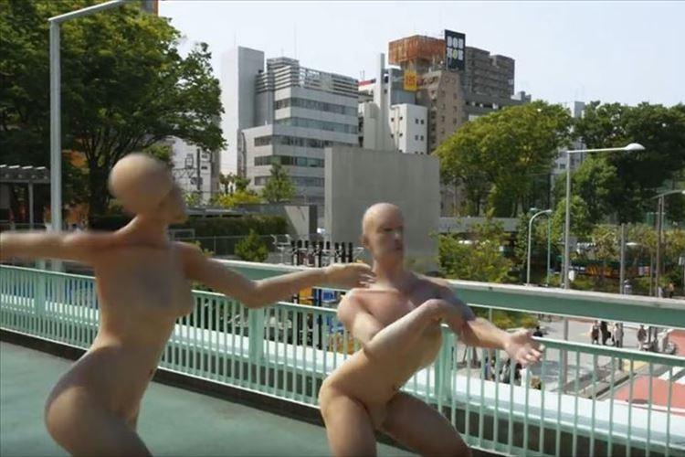 """""""クネクネ男""""が日本に上陸!?謎過ぎるけれど引き込まれるシュールな映像が話題に"""