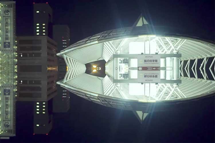 """""""空飛ぶ通勤電車""""でいつものあの場所が、あの駅が…「ネオ東京メトロ」がSF映画みたい!"""