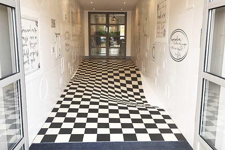 【動画】歩いたら落ちるんじゃないか?トリックアートのような歪んだ床を実際に歩いてみると…