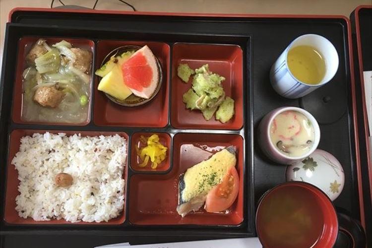 """「ホテルで出産したんですか?」日本で出産した外国人女性が日本の""""病院食""""を投稿し話題に"""