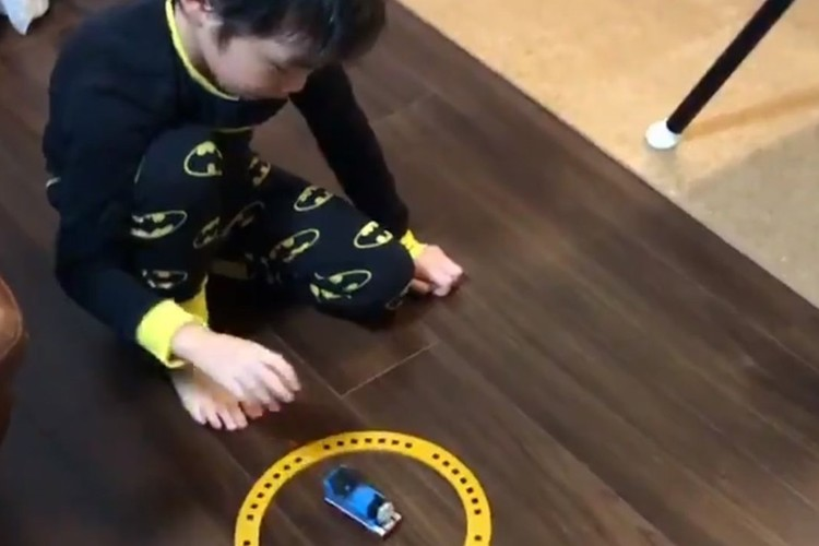 子供は発想の天才!!トーマスのおもちゃを意外な方法で遊ぶ息子の発想に驚愕