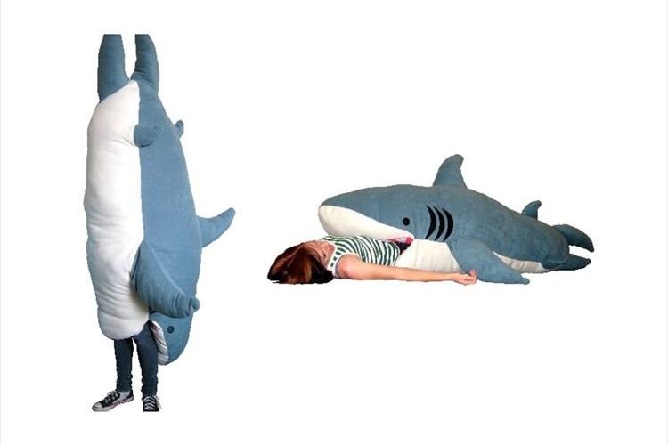 頭から丸飲みされたり…巨大なサメにがっつり食べられる寝袋が登場!