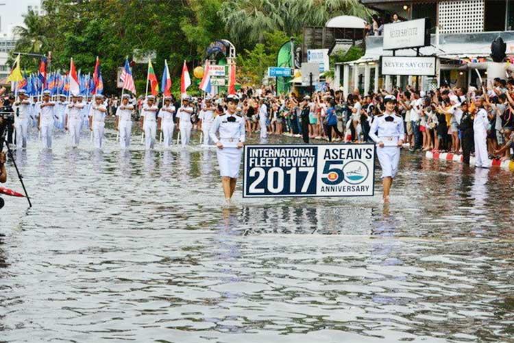 満潮での決行が凄すぎる!タイで行われた海上自衛隊の『ASEAN創立50周年記念』パレード