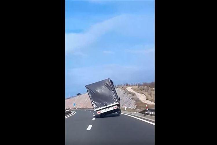 【動画】見ていてヒヤヒヤする…激しすぎる横風を受けて片輪で走るトラック