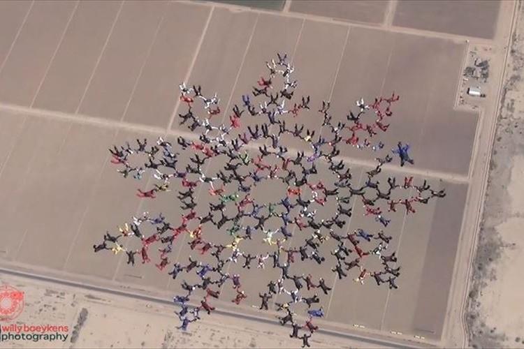 【世界新記録達成】217人のスカイダイバーが大空に花を描くようなフォーメーションを形成!