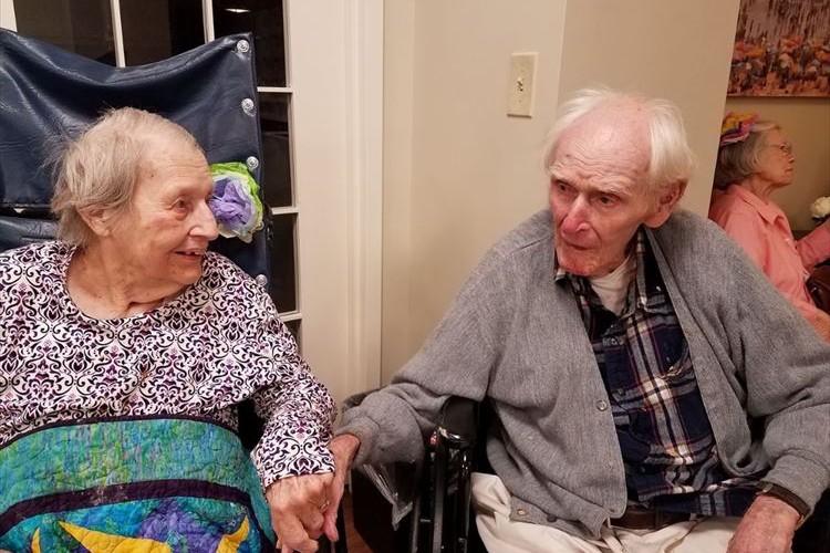 70年間連れ添った老夫婦が同じ日に旅立つ…永遠の愛に多くの反響