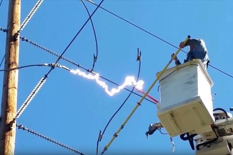 危ないっ!電線を切った瞬間に放電…高圧電流が作業中の男性に襲いかかる
