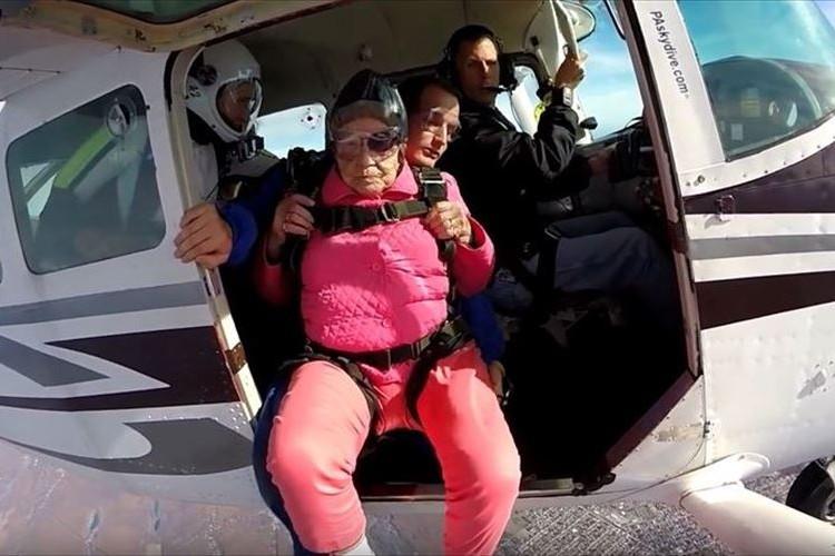 94歳の誕生日に人生初のスカイダイビングを成功させた女性が話題に!