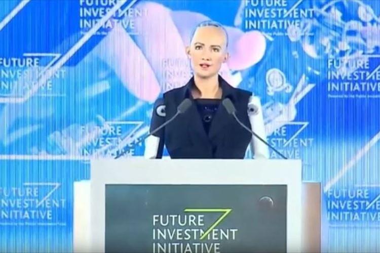 世界で初めて市民権を付与されたロボ…そのスピーチ映像が話題に!過去には「人類を破壊する」発言も