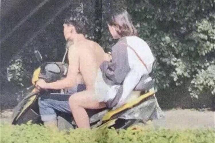 全裸?でバイクにまたがる男性の画像が投稿される…どうなってんだ!?