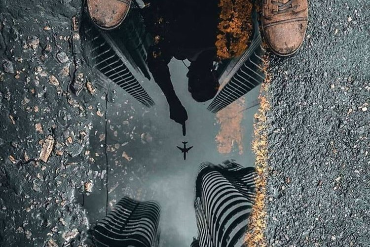 水たまりに映る不思議な世界観…絶妙な一瞬をとらえた一枚の画像が話題に!