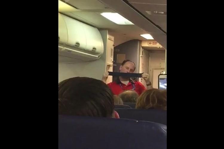 「なんてセクシーなんだ」機内で突如として男性キャビンアテンダントのショーが炸裂!