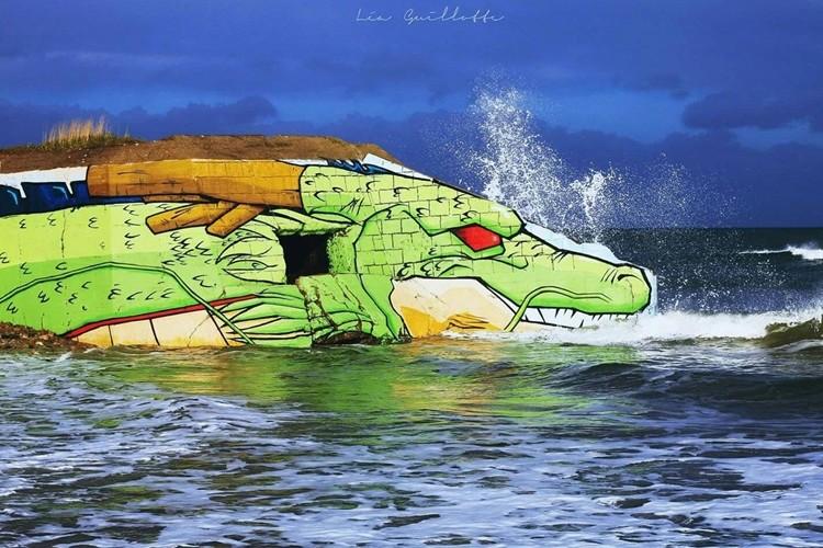 ドラゴンボールがでぇ好きなアーティストがビーチの廃墟をシェンロンにしちまったぞ!!