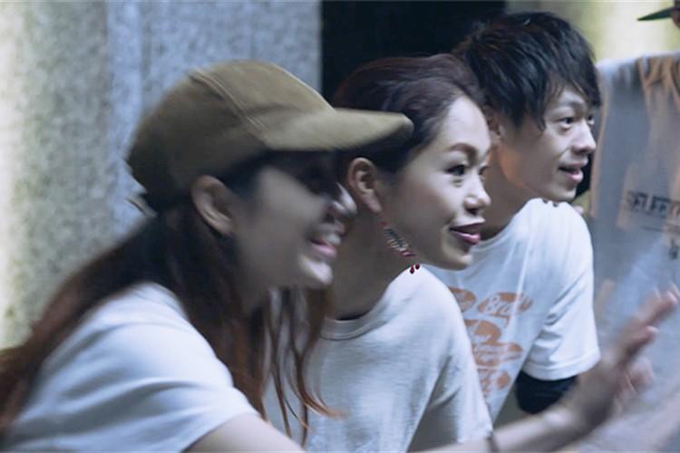街角でダンスをしていた若者たち 彼らの前にひろがった、驚きの光景とは