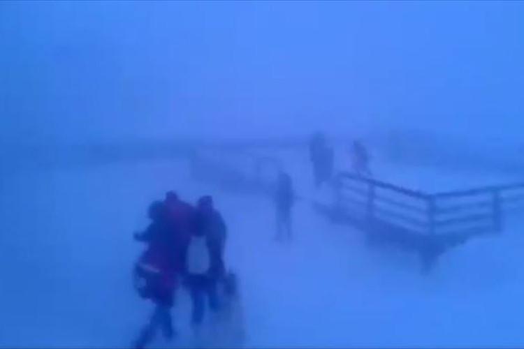 日常が零下40度の世界…猛吹雪の中、下校する子供たちは無事に帰れるのか!?
