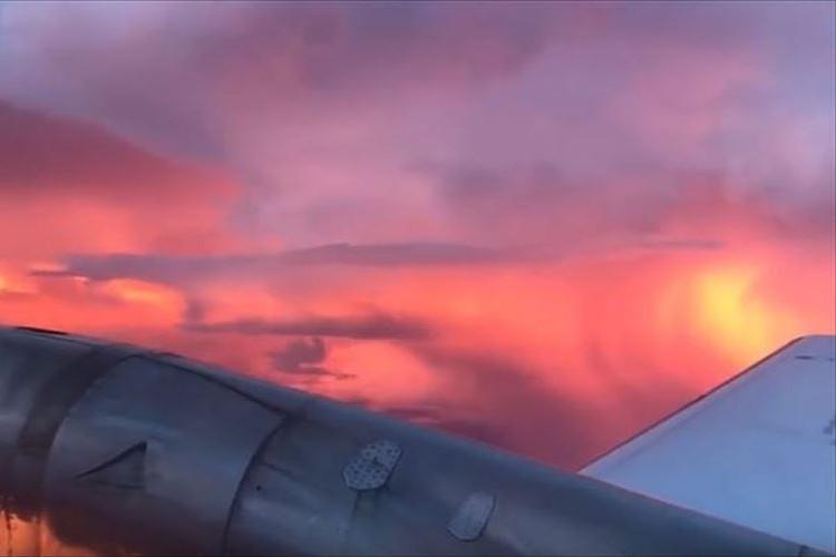 【自然が織りなす壮大なコラボ】飛行機から外を眺めていたら…驚くべき光景が!