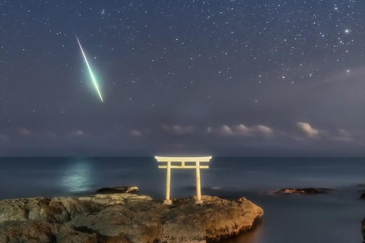 神様の降臨!?鳥居に向かうかの様なひとすじの流れ星…神秘的な光景に反響