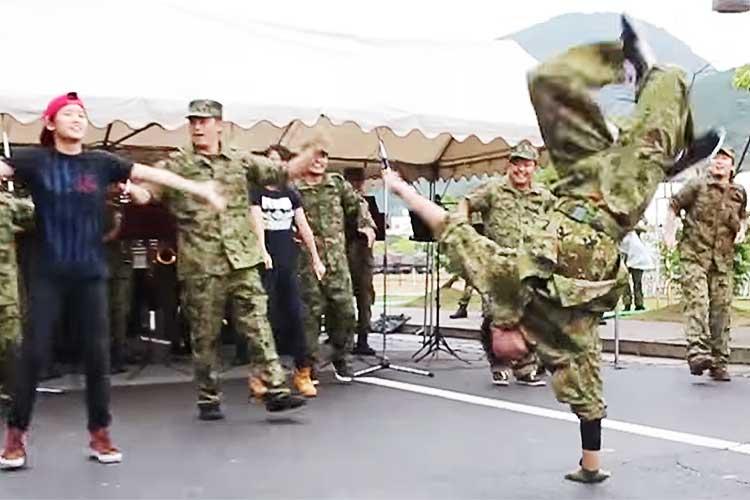 音楽隊の演奏かと思ったら…ヤバすぎる!尋常じゃない腕力とキレッキレのダンス!