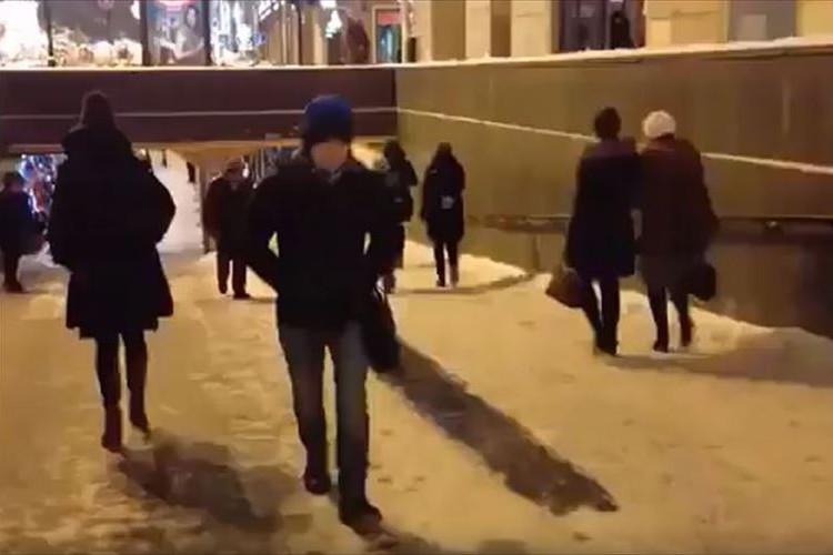 ロシアではよくある光景なのか!?凍結した路面を有効活用する人々
