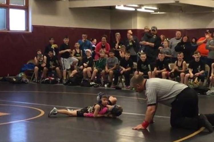 「お姉ちゃんが危ない!」レスリングの試合で劣勢の姉を助けるために2歳児が突進!