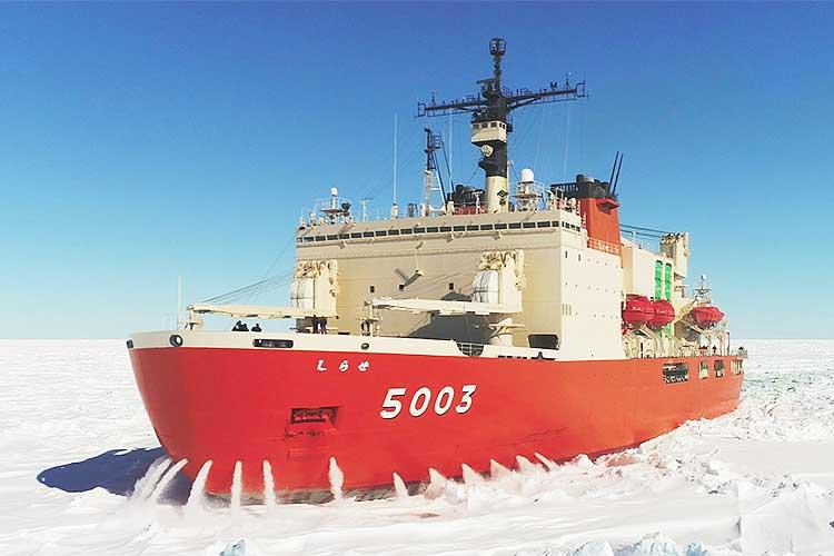 大迫力!南極を目指す「しらせ」が、艦首を氷盤に突入させて砕氷するラミングを実施!