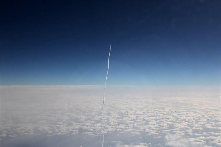 奇跡の瞬間!雲を突き抜けていく『H-IIAロケット』を飛行機の中から激写!