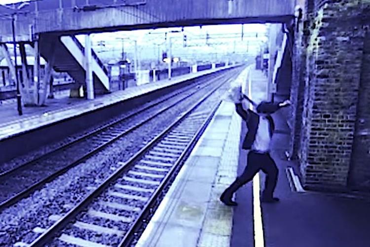 駅の防犯カメラが捉えた決定的瞬間!お節介が命を救う!
