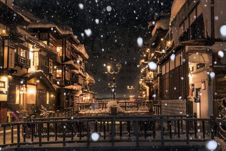 「映画のワンシーンのよう」大正浪漫の風情漂う銀山温泉…雪の降り積もった光景が幻想的!