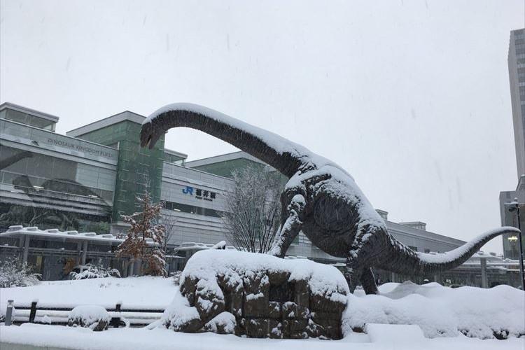 福井県に氷河期がやってきた!?雪が積もった恐竜のモニュメントが話題に!