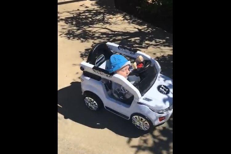 幼い子どもが居眠り運転!?オモチャの車でクルクルまわりながらスヤスヤ…
