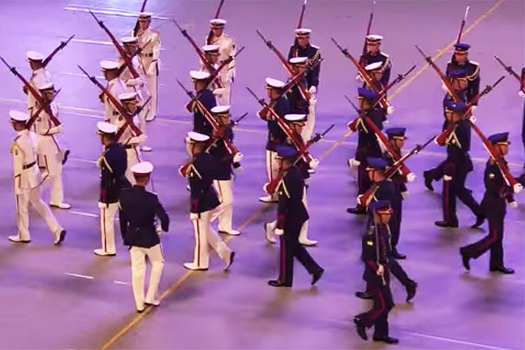 陸上自衛隊「儀じょう隊の制服」を音楽まつりで披露! 今後、陸自制服変更の予定も…