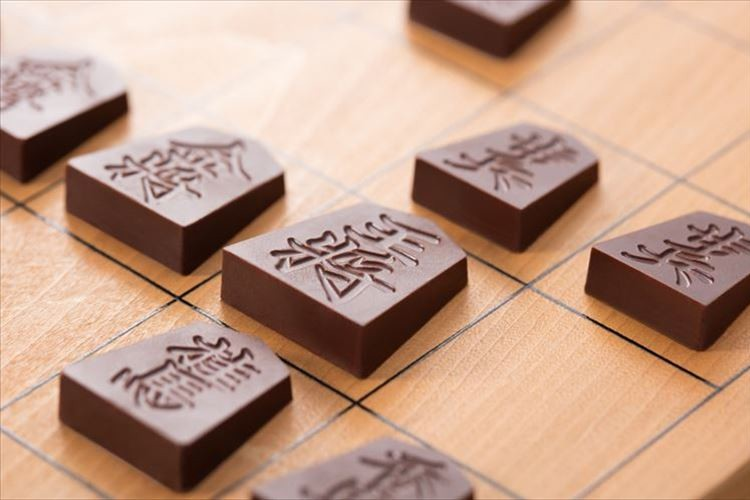 まるで本物の駒のよう!?将棋の駒を原寸大で再現したチョコレートが今年も発売!