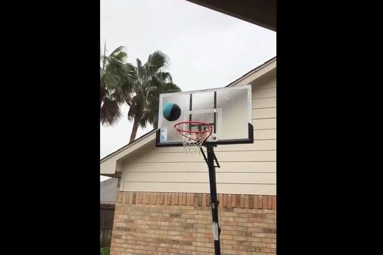 【動画】どんなに寒くてもバスケはできると思っていた。「ナイッシュー!」と思いきや…