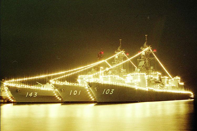 【海上自衛隊】ダイナミックな艦隊集合の夜間電飾の写真が感極まると話題に!