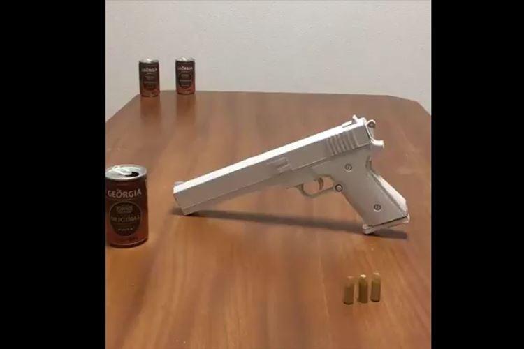 【動画】童心にかえってしまう!ペーパークラフトの拳銃のクオリティが高すぎる!