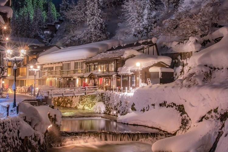これぞ東北が誇る冬の美景!雪の降り積もった銀山温泉が芸術的で美しい