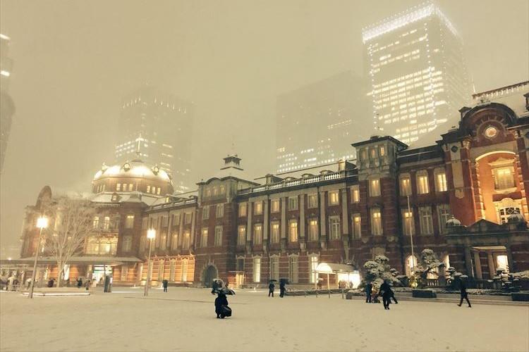 まるで異国のよう…雪に覆われた東京駅が幻想的で美しいと話題に