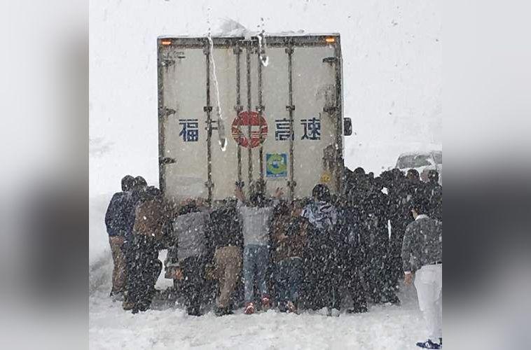 【感動】大雪にハマったトラック…そこに居合わせた社員旅行団体が一丸となって車体を押して応援!