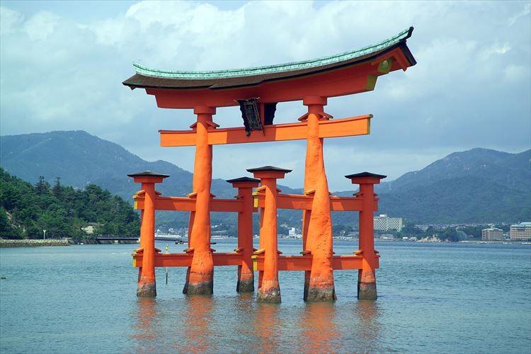 厳島神社の鳥居が崩壊の恐れ!?鳥居のヒビに硬貨が入れられている画像に非難の声