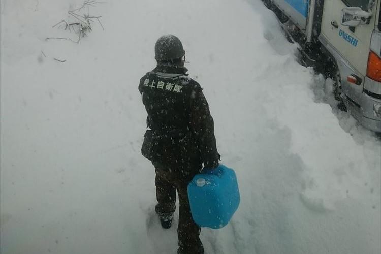 北陸地方を襲った記録的豪雪…20kgのタンクを持って何kmも歩き続ける自衛隊の姿
