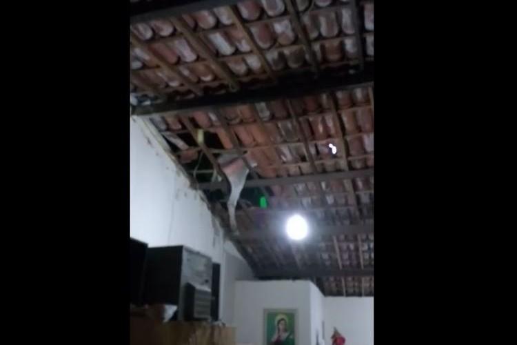 【動画】一体どういうこと!?民家の天井から動物の足が出てきて住人騒然、その後…